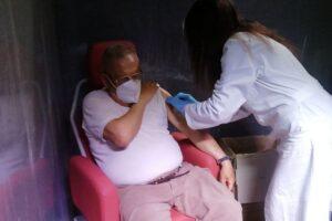 Prof. Cavasicci Luciano mentre si vaccina