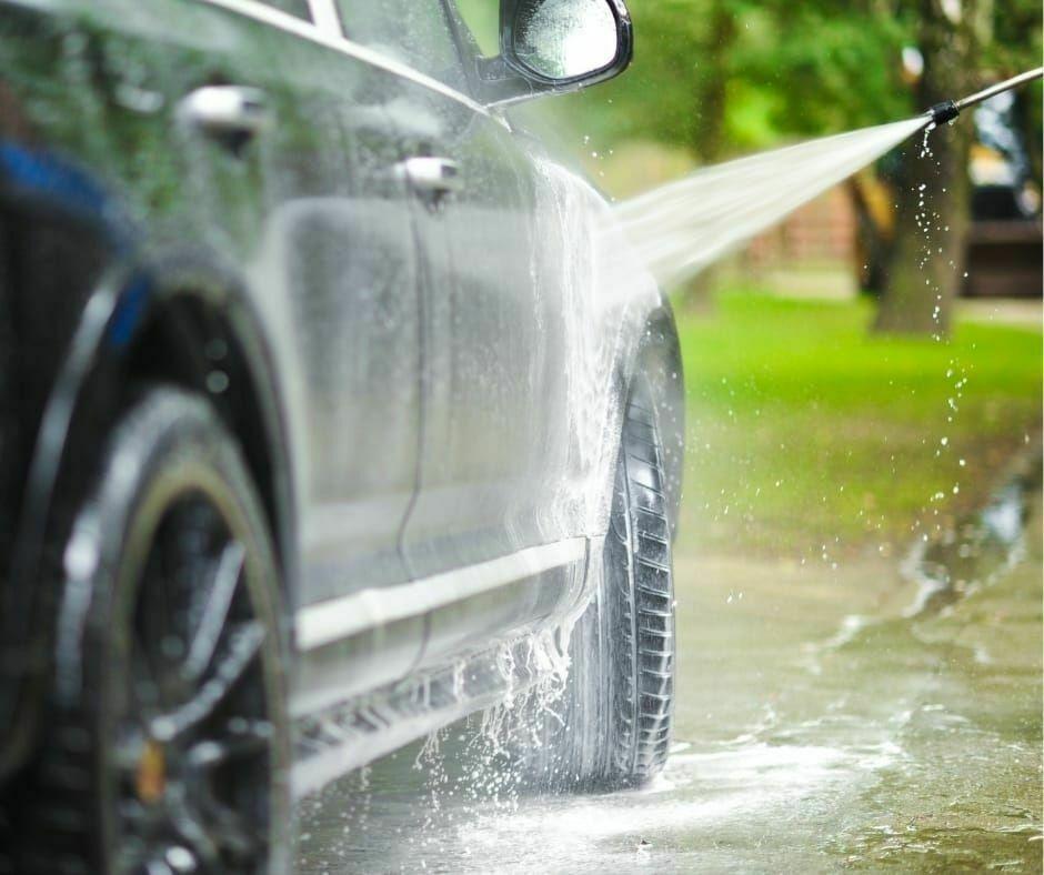 Persona che lava macchina