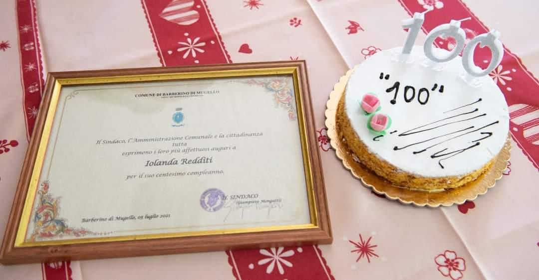 Targa e torta per 100 compleanni di Jolanda