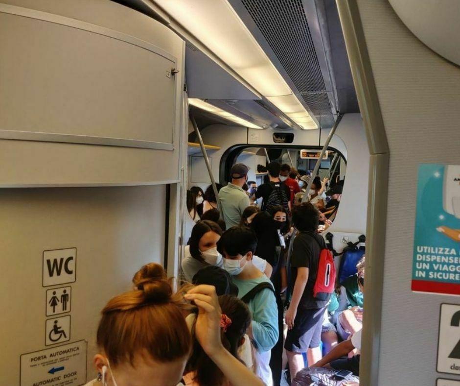 Interno treno affollato