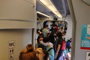 Viaggiatori stipati in treno